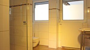 bett-am-bach-badezimmer-2