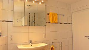 bett-am-bach-badezimmer-waschbecken