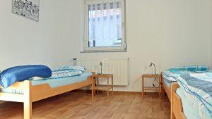 bett-am-bach-dreibettzimmer
