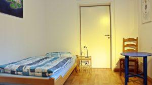 bett-am-bach-einbettzimmer