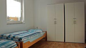 bett-am-bach-zweibettzimmer